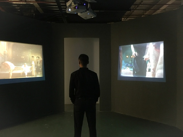"Men's Bathhouse, five-channel video installation (colour), synchronized loop, 4:3 PAL, 8'29"" (four-channel in an octagon), Changing Room (one-channel), 3'41''(audio), 1999.《男澡堂》,五频道(彩色)录像装置,同步循环播放,4:3 PAL制式,8'29''(八边形空间中,四个频道播放),单频道录像《更衣室》,3'41''(录音),1999。"
